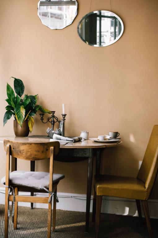 salon-table-cosy-terracotta-bois-green-parlonsmaisons