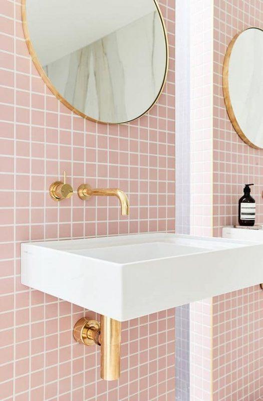 carrelage-rose-salle-de-bain-et-or-lavabo-goldenandpine-parlonsmaisons