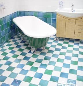 salle de bain lumineuse et spacieuse